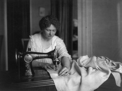 women-took-up-darning-sewing-and-putting-on-frills-to-stretch-out-their-clothes-during-wwii
